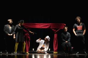 La versione contemporanea dei Sei personaggi in cerca d'autore al Teatro Apollo di Mondavio