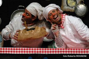 L'omino del pane e l'omino della mela per Finalmente Domenica! al teatro Lauro Rossi di Macerata